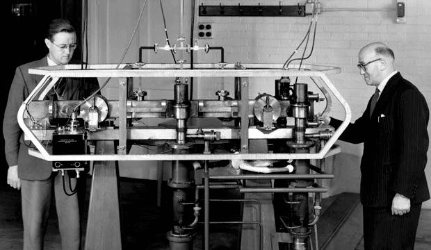 Jack Parry (po lewej) i Louis Essen (po prawej) z Cesium Mk. 1 zegar atomowy